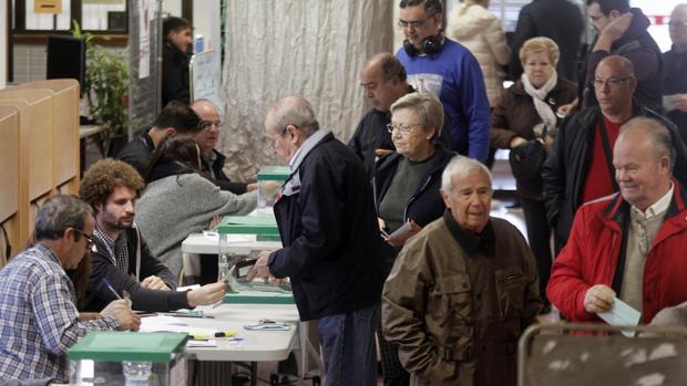 Electores votando en un colegio de Córdoba