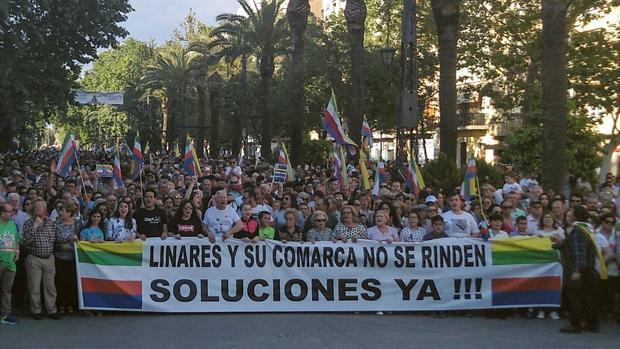 Manifestación de vecinos de Linares, en mayo en protesta por las altas tasas de desempleo y la pérdida de empleo industrial en la localidad