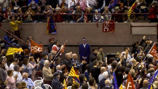 Un Sánchez de cartón piedra durante el mitin del PSOE en Barcelona
