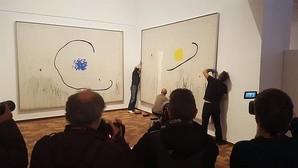 Operarios de la Fundación colocan una obra del artista en su emplazamiento