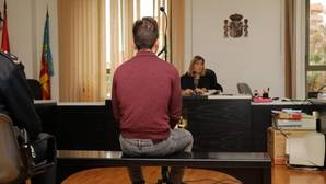 El acusado de dar una paliza a su pareja en Alicante, sentado ante la jueza en Alicante