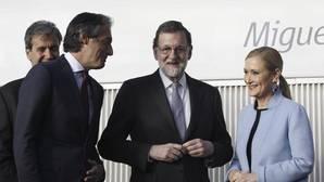 Mariano Rajoy, entre Íñigo de la Serna y Cristina Cifuentes, ante el AVE «Miguel de Cervantes»