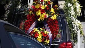 El coche fúnebre traslada los restos mortales de Echeverría, hoy en Las Rozas
