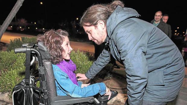 Pablo Iglesias saluda a la senadora de Podemos Virginia Felipe