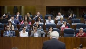 El consejero Sánchez Martos, frente a la bancada del PSOE en la Asamblea de Madrid
