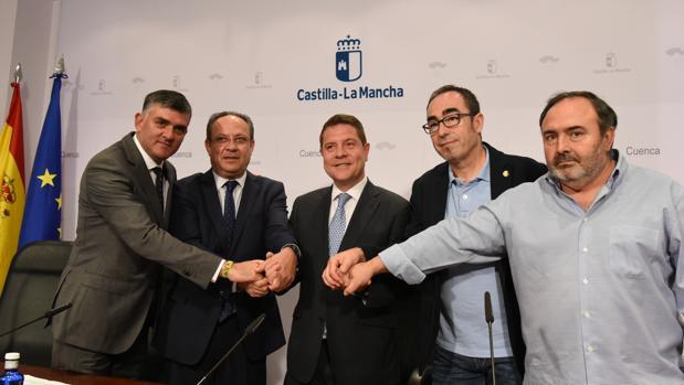Emiliano García-Page, en el centro, con el consejero de Haciendo y los líderes sindicales de la región