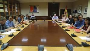El líder de Podemos, Pablo Iglesias (2i), durante la reunión mantenida con el líder del PSOE, Pedro Sánchez (2d) y sus respectivos equipos, en el Congreso