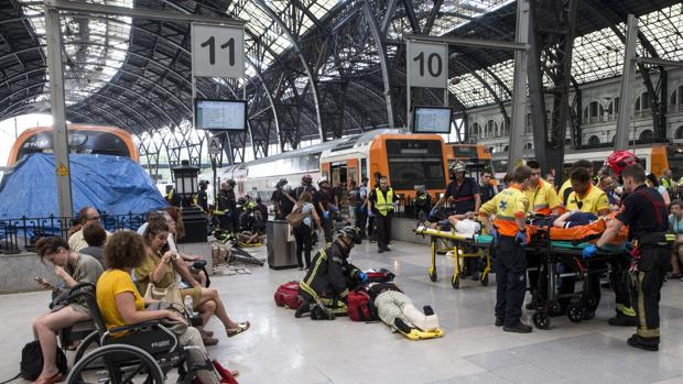 Vista del tren accidentado contra el tope de la estación