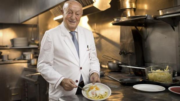 Lucio Blázquez, en Casa Lucio, con sus famosos huevos estrellados