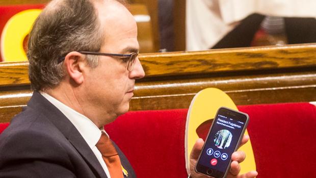 El diputado de Junts per Catalunya Jordi Turull recibe una llamada de Puigdemont
