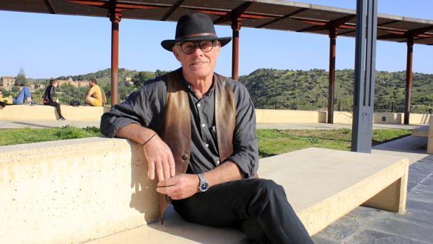 «Me reconocerás por mi sombrero de cowboy y por mis gafas con cristales  redondos al más puro estilo Valle-Inlcán». Así se describió antes de su  cita con ABC ... b929be7944a