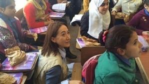 Matilde Faria junto a los niños sirios refugiados en Jordania
