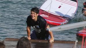 Felipe de Marichalar sale del agua tras ser lanzado por sus compañeros de la Escuela de Vela de Calanova