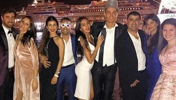Cristiano y Gioirgina en el centro de la imagen con todos los amigos y familiares del 'crack'