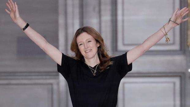 La diseñadora británica Clare Waight Keller saluda a la audiencia después de la presentación de las creaciones de Chloe durante el desfile de moda femenina otoño-invierno 2017-2018 colección de prêt-à-porter en París