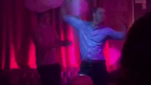 El Príncipe Guillermo, centro de las críticas por bailar con una modelo en una discoteca