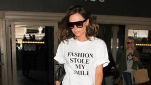 Victoria esta semana con su camiseta con mensaje: «La moda robó mi sonrisa»