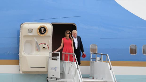 Donald y Melania Trump desciendendo de un avión del gobierno