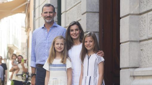 Sobre estas líneas, los Reyes Don Felipe y Doña Letizia junto a la Princesa Leonor y la Infanta Sofía, durante una visita al pueblo de Soller el pasado mes de agosto en Palma de Mallorca