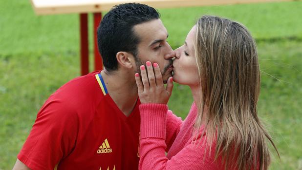 agencia frotar y tirar besando