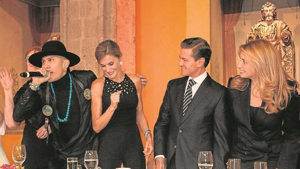 La Reina durante su baile con el rapero Taboo, junto a Enrique Peña Nieto y Angelica Rivera