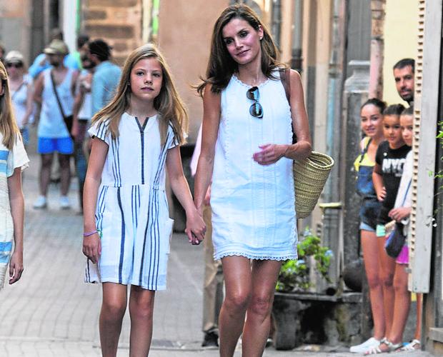 La Reina Letizia de la mano de su hija pequeña