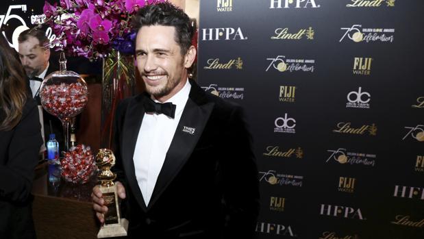 James Franco, con su premio y su pin de Times'Up