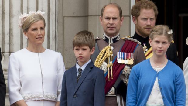 James, vizconde Severn, entre sus padres, el príncipe Eduardo y la condesa de Wessex