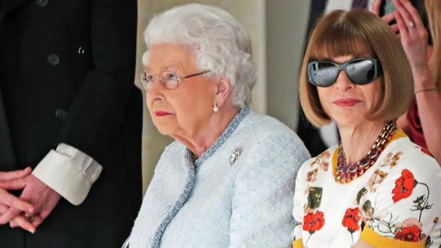 Imágen histórica: la Reina Isabel II en un desfile de moda junto a Wintour