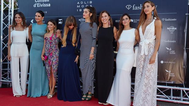 La diseñadora Eva Merino, de Evitaloquepuedas, junto a famosas que acudieron a la pasarela vestidas con sus diseños
