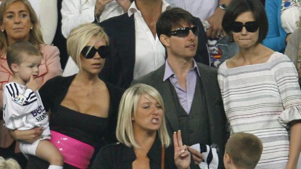Victoria Beckham, Tom Cruise y Katie Holmes en un partido del Real Madrid en 2005