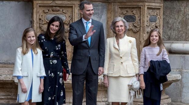 Los Reyes, sus hijas y Doña Sofía asisten a la Misa de Resurrección en la Catedral de Mallorca