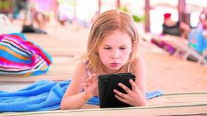 «Si tu hijo pasa muchas horas con las pantallas este verano, ¡prepárate para quitárselas en septiembre!»