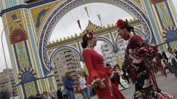 Dos jóvenes flamencas, ayer en la Portada, bajo el cielo gris
