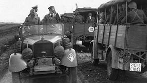 Mussolini y Hitler se cruzan con una columna motorizada del cuerpo expedicionario italiano en Rusia en 1941
