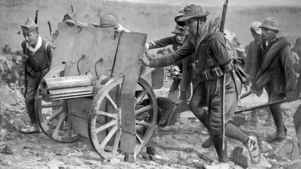 Legionarios colaborando en el transporte de artillería (1921)