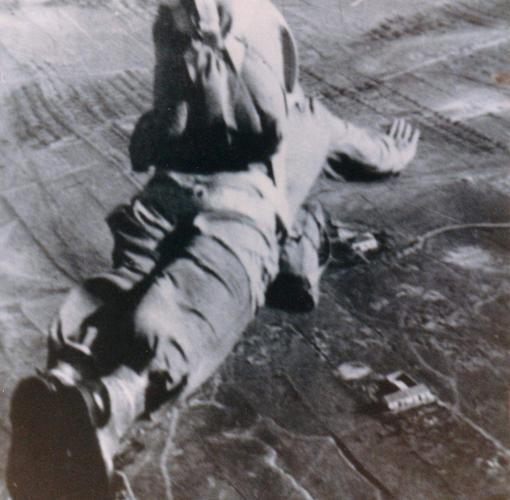 Salto de un militar de la Brigada Paracaidista en 1957