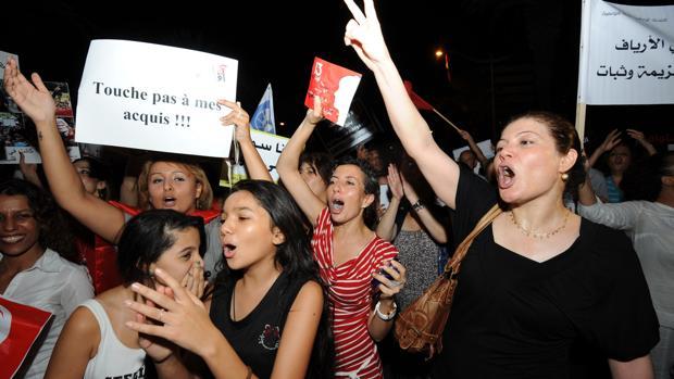 Varias mujeres tunecinas gritan consignas y portan carteles con el lema «no toquen mis derechos» durante una protesta pidiendo el respeto de los derechos de las mujeres, el 13 de agosto de 2012, en Túnez