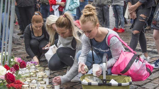 Los ciudadnos ponen velas y flores en el lugar del atentado