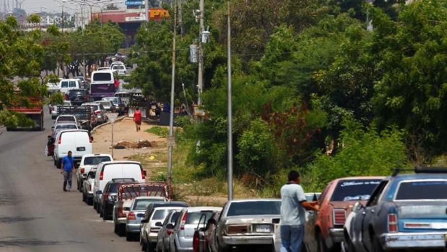 Los militares controlan el racionamiento de gasolina en Venezuela