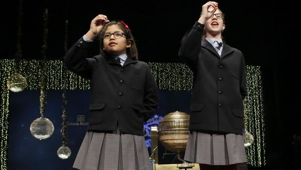 Las niñas de San Ildefonso Lorena Stefan y Nicol Valenzuel cantaron el Gordo en 2015 y 2016