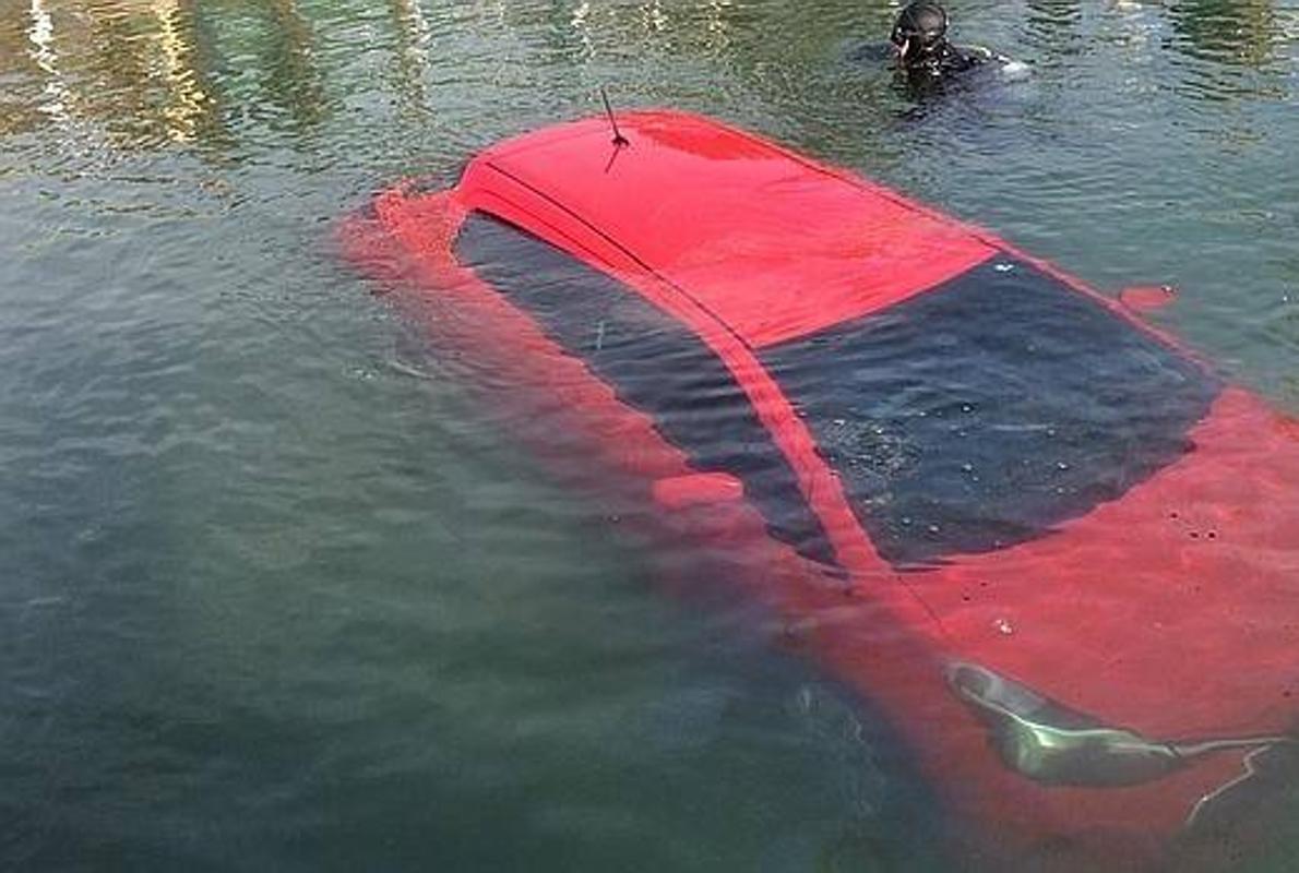 As se sale de un coche sumergido en el agua for Mampara fija se sale el agua