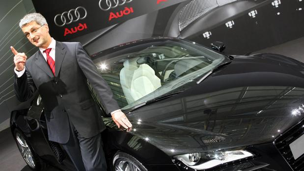 Rupert Stadler, junto a un Audi A8