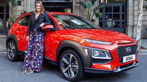 Mireia Belmonte posando con el nuevo Hyundai Kona