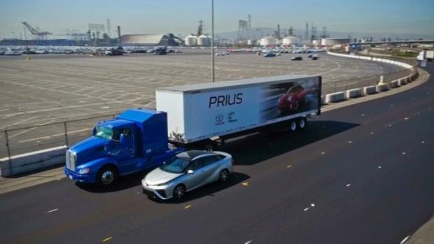 El puerto de Long Beach (California) junto al camión de Toyota impulsado por hidrógeno y un Mirai, alimentado también por este combustible