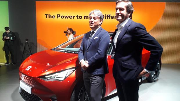 Luca de Meo, presidente de Seat, junto a Alejandro Mesonero Romanos y el-Born, el primer eléctrico de la marca