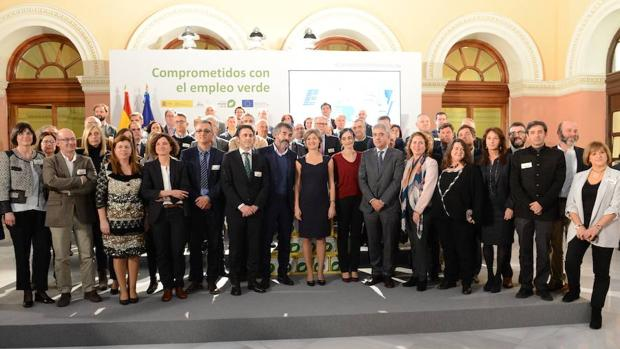 La ministra de Agricultura posa junto a los representantes de las entidades beneficiarias del Programa Empleaverde 2017