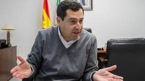 Juanma Moreno, en su despacho de la sede regional del PP en Sevilla durante la entrevista