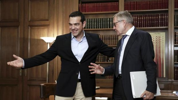 El primer ministro de Grecia, Alexis Tsipras, durante su reunión con el director gerente del Mecanismo Europeo de Estabilidad (MEDE), Klaus Regling