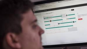 Un internauta navega en una web de alquiler vacacional.